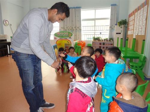 外教来园啦     今天,榕杰大地幼儿园的小朋友们