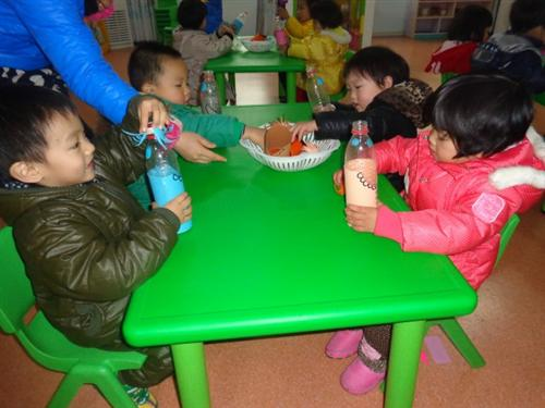 我真棒 三个月前的一天,我成为了榕杰大地幼儿园的小朋友,三个月过去了,在老师的悉心照料下,我渐渐地成长着,在老师们精心安排的活动中,我进步了很多哦,请看我都学会了那些新本领吧 照顾瓶宝宝   喂图形娃娃吃饼干  彩带舞  蔬菜拓印画  拉丁舞  欢乐的小鼓槌   我真的很棒吧?相信在新的学期我在大地幼儿园的收获会越来越多哦